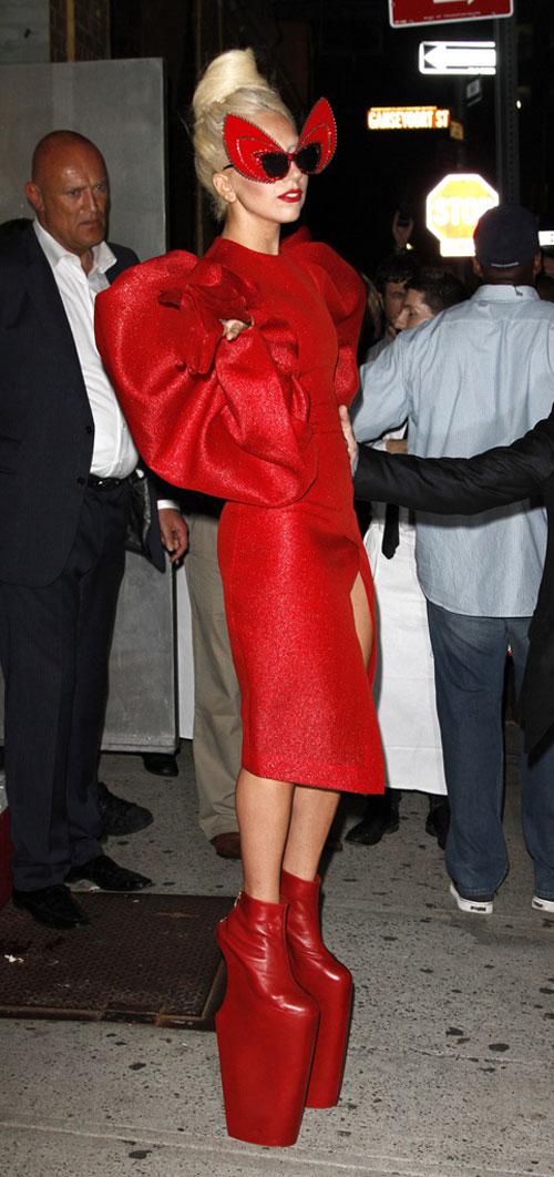 lady gaga crven otvoren fustan