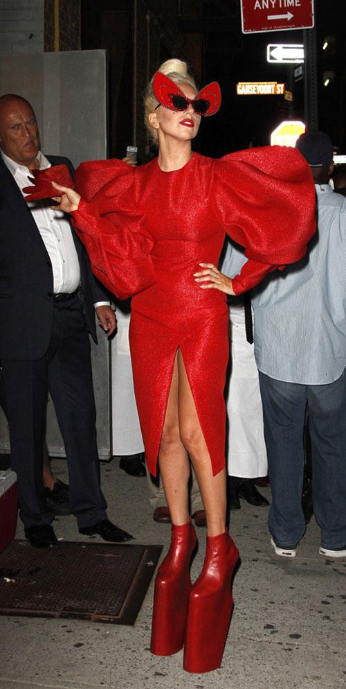 лејди гага црвен отворен фустан без гаќи и високи штикли